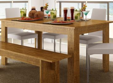 Sala de jantar com bancos de madeira