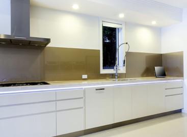 Soluções para organizar os armários da cozinha e o guarda-roupa