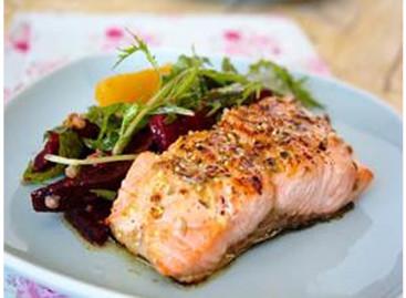 Receita: Salmão Grelhado com Salada de Manjericão