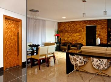 Portas e paineis de madeira 3D são destaques no décor