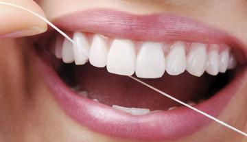 Brasileiro não tem o costume de usar fio dental
