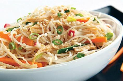 Receita de salada com macarrão de arroz Bifum
